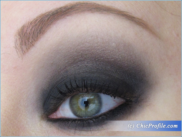 Mustaev-Smokey-Eye-Charcoal-Eyeshadow