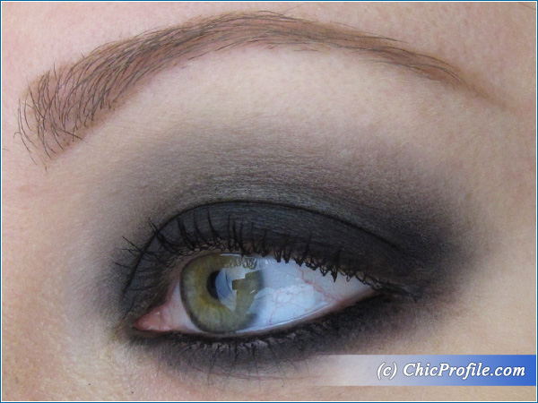Mustaev-Smokey-Eye-Makeup-Charcoal-Eyeshadow