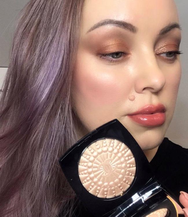 Chanel Perles de Lumiere Illuminating Blush Powder on the cheeks