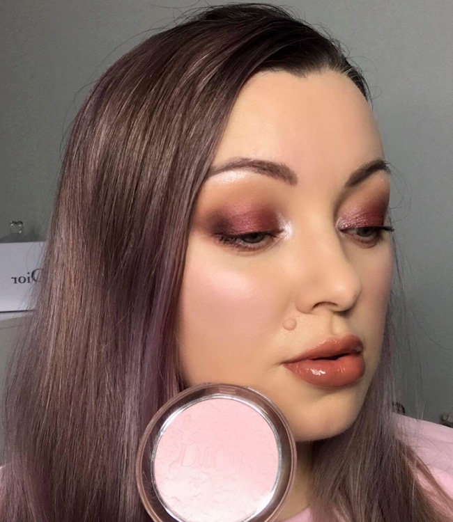 Dior Mineral Nude Glow (01) Blooming Garden on the cheeks