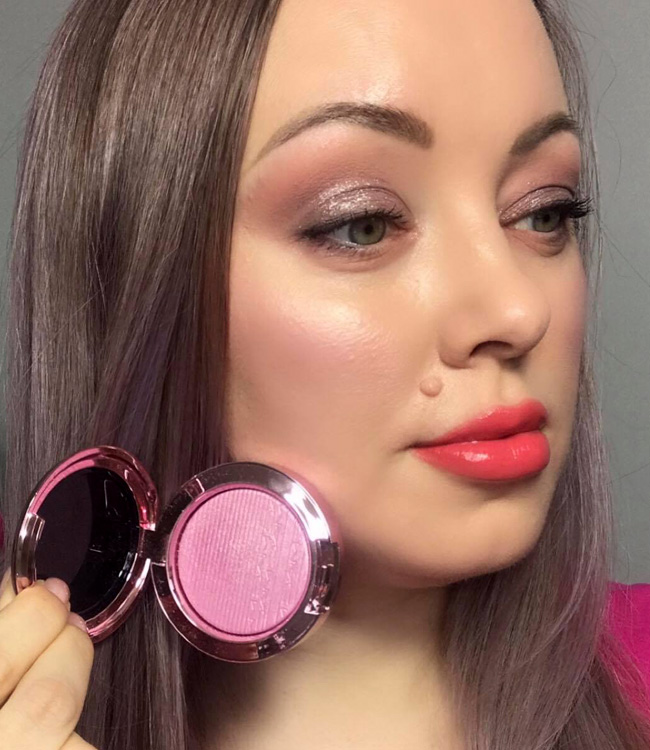MAC Dilly-Dolly Extra Dimension Blush on the cheeks