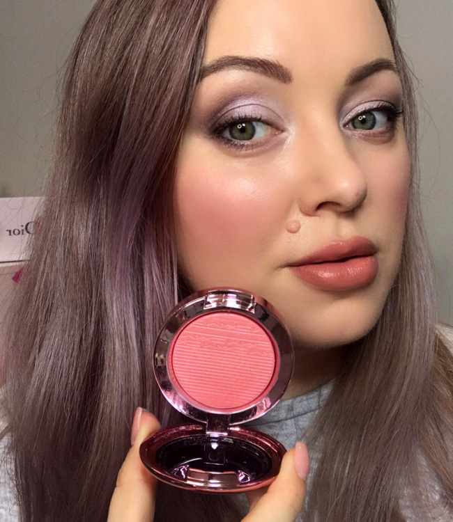 MAC Look, Don't Touch! Extra Dimension Blush on the cheeks
