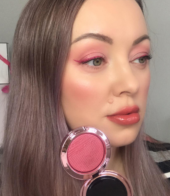 MAC Under My Plum Extra Dimension Blush on the cheeks